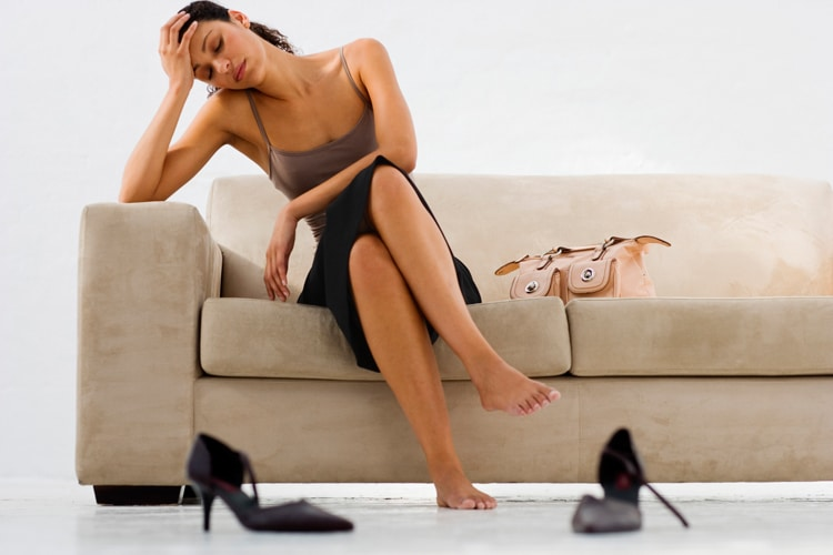 При месячных болят ноги что делать