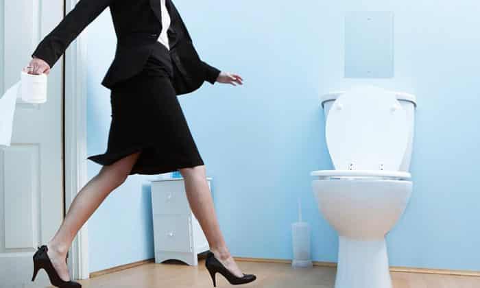 Почему во время месячных хочется в туалет и больно